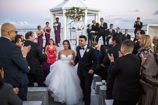 Pouya Hashemloo kom fra Iran til USA for 15 år siden og er nå amerikansk borger. Her danser han i sitt eget bryllup i Los Angeles med Nancy, som er fra Mexico. Foto: Javad Parsa
