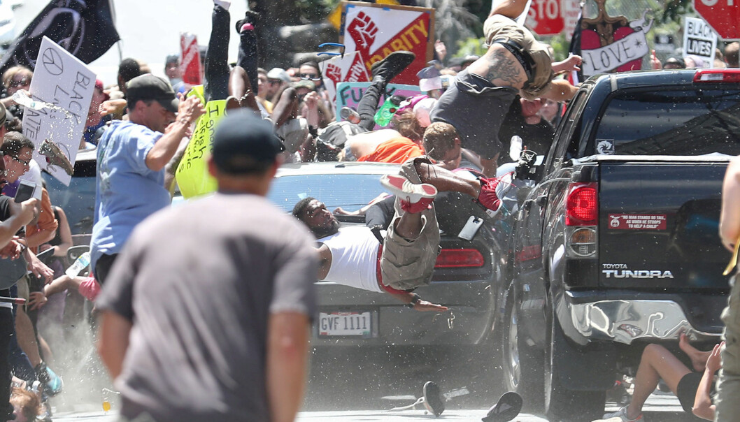 Demonstranter i Charlottesville, Virginia demonstrerer mot den høyreekstreme organisasjonen «Unite The Right», idet en bil kjører inn i folkemengden. Foto: Ryan M. Kelly, The Daily Progress via Reuters / NTB Scanpix