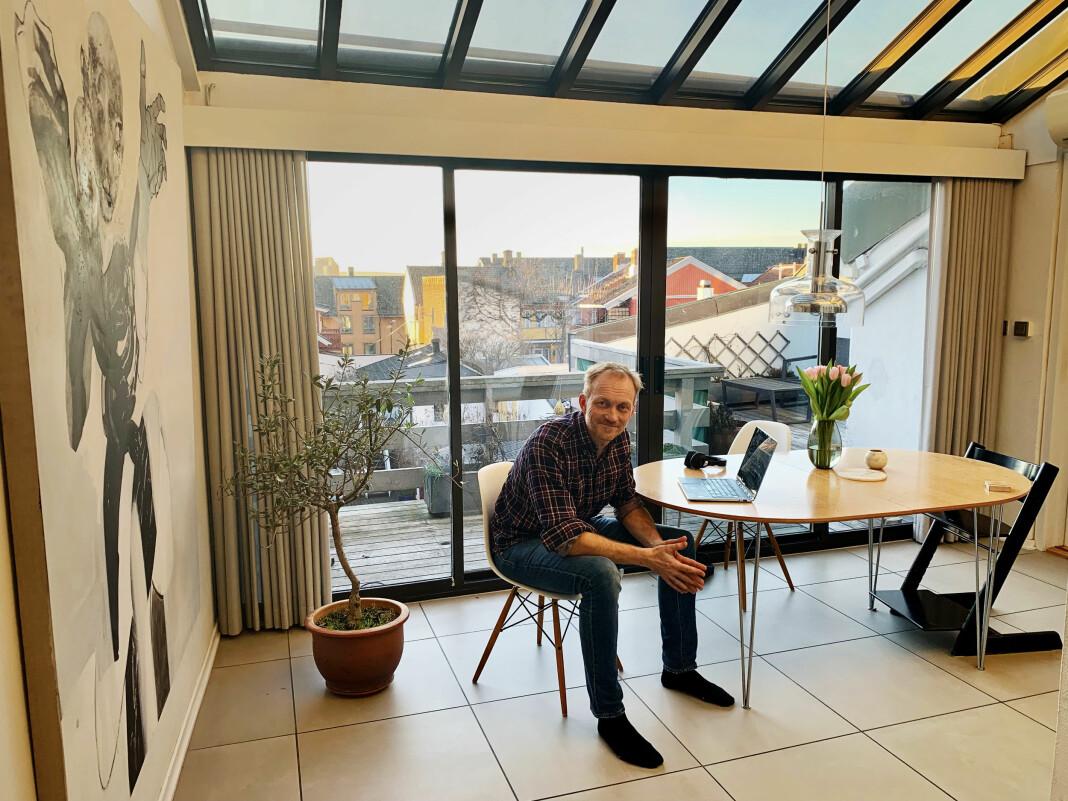 Redaktør i Rett24 Kjetil Kolsrud fra hjemmekontoret. Han mener TV-mediumet har store utfordringer i dagens mediehverdag. Foto: Privat