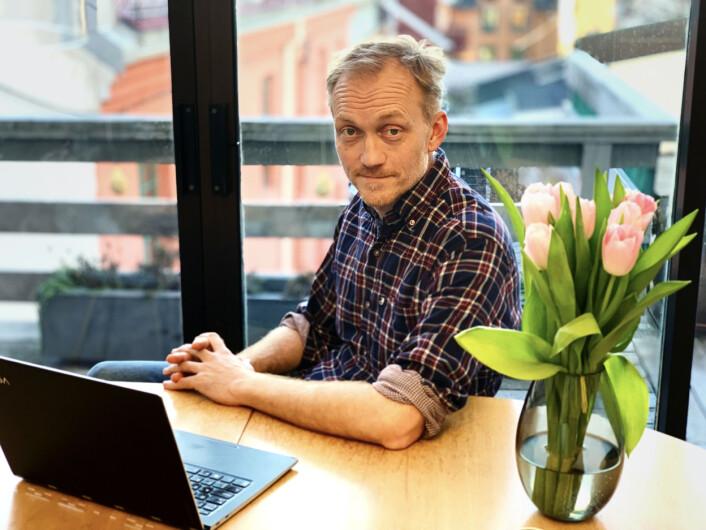 Redaktør i Rett24, Kjetil Kolsrud, her på sitt hjemmekontor. Foto: Privat