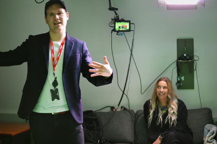 Produsent Sondre Rahm ber om mer energi fra programlederne i studio. Thea Hope følger med. Foto: Nils Martin Silvola