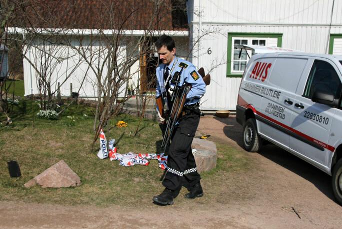 NÅR DET SKJER: Politiet gjorde i 2014 beslag av store mengder alkohol og våpen hos en lokal politiker etter en låvebrann i Svelvik natten før. Deler av beslaget lot seg fotografere som følge av tips, ikke som følge av opplysninger fra politiet. Foto: Vegard M. Aas / Presse 3.0