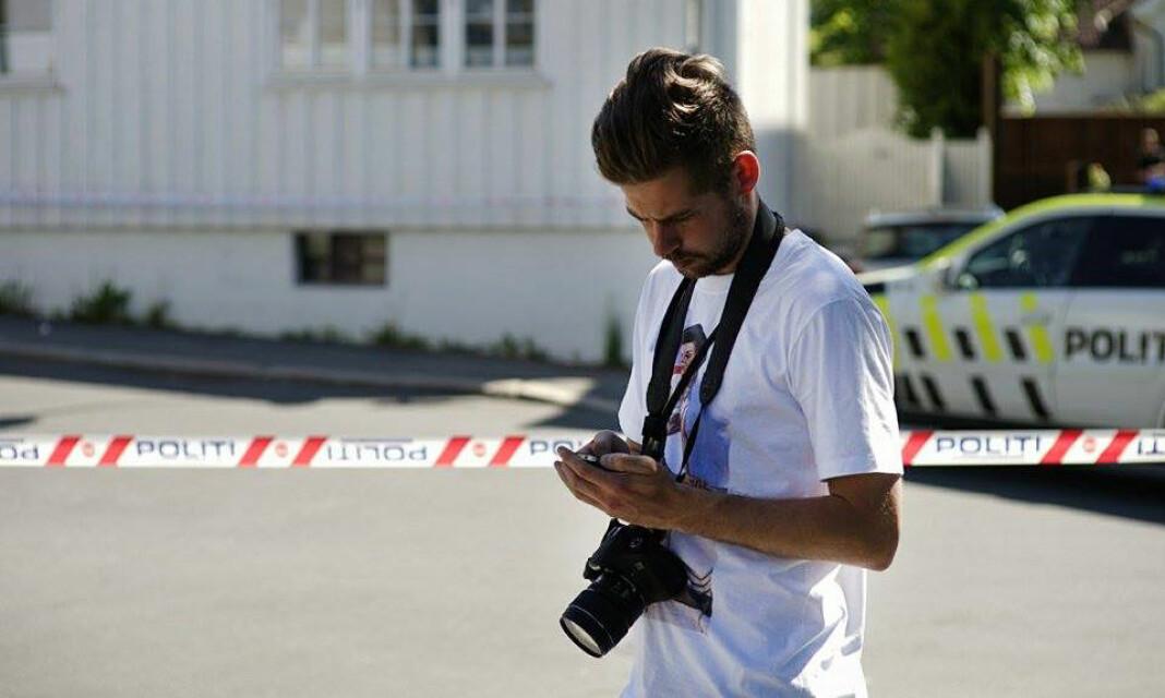 Nyhets- og hendelsesfotograf Vegard M. Aas ute på jobb. Foto: Joakim Fjeldli