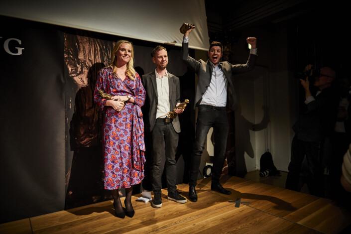 Glade prisvinnere på scenen: Eva Jung, Simon Bendtsen og Michael Lund. Foto: Jonas Pryner Andersen / Dansk Journalistforbund