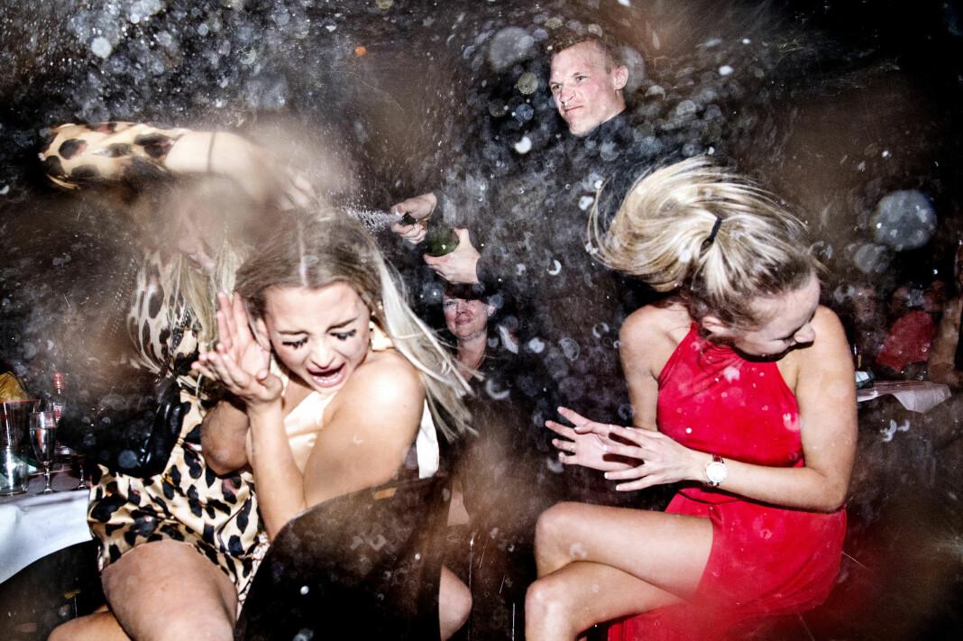 Festen, fargene og boblene står i sterk kontrast til de mange statistikker om unges depresjoner, stress og manglende robusthet, skriver juryen om Årets Pressefoto i Danmark. Foto: Bax Lindhardt