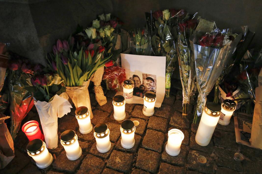Blomster og lys som ble satt ut ved Oslo domkirke for å minnes Maren Ueland og hennes danske venninne som ble drept i Marokko. Foto: Fredrik Hagen / NTB scanpix