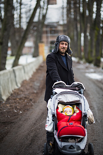 – Kanskje så mye som 90 prosent er fremdeles hemmelig, sier Gunnar Thorenfeldt om norsk etterretningshistorie fra årene etter den kalde krigen. Her er han i pappaperm med datteren. Foto: Kristine Lindebø