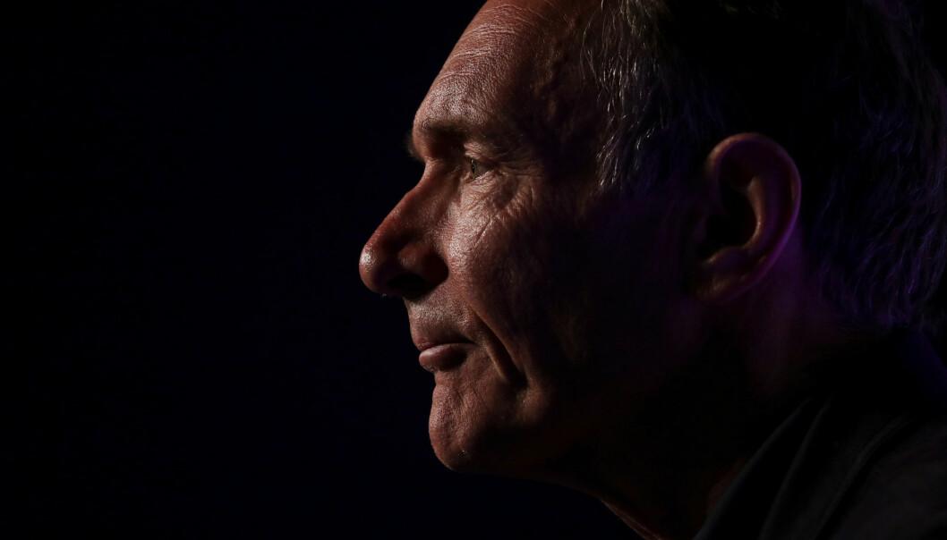 Forsker Tim Berners-Lee fant opp world wide web – verdensveven – i 1989. Nå 30 år etter advarer han folk mot å slippe kontrollen over sine egne personopplysninger på internett. Foto: Simon Dawson / Reuters / NTB scanpix