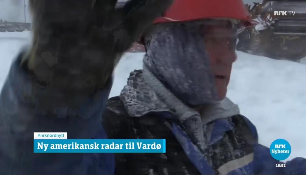 En transportarbeider slår i kameraet til journalist Bård Wormdal. Nå er selskapet Yngve B. Harila politianmeldt av NRK. Foto: Skjermdump NRK Nordnytt