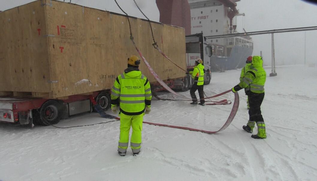 NRKs Bård Wormdal dekket avlossing av store mengder radarutsyr på kaia i Vardø. Foto: Bård Wormdal/NRK Finnmark