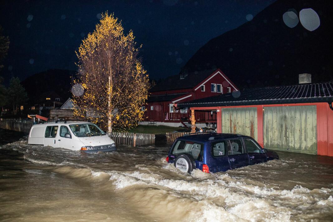 Flom i Skjåk: Flere biler måtte stå stille da flommen på kort tid oversvømte området rundt Skjåk etter store nedbørsmengder. Bildet er kåret til åres beste nyhetsbilde tatt i Norge i 2018. Foto: Odin Jæger, Frilans, VG