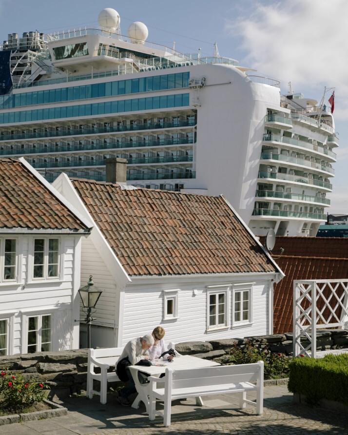 Økningen i antall turister som kommer til Norge, spesielt med cruiseskip, har satt flere populære turistmål under press. Som her i Stavanger hvor cruiseskipet Azura har lagt til kai like ved gamlebyen.