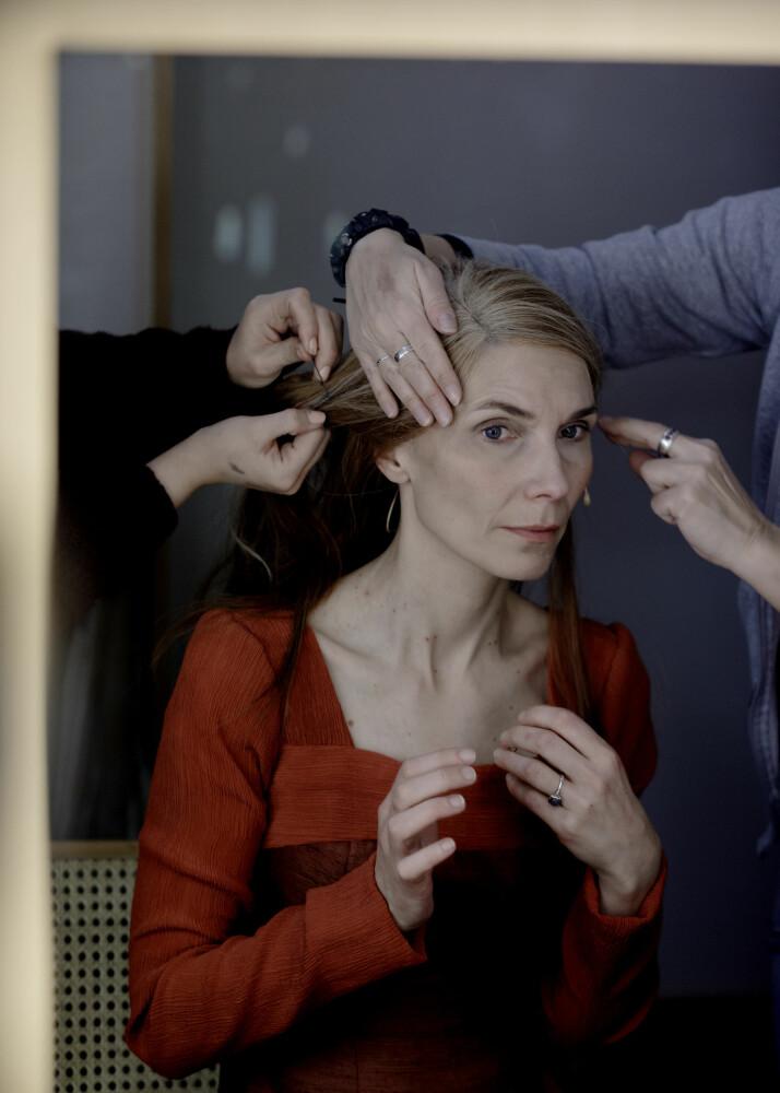 I løpet av noen minutter gjør sminkørene ved Den Nationale Scene i Bergen skuespiller Herborg Kråkevik noen år eldre i rollen som Kristin Lavransdatter.