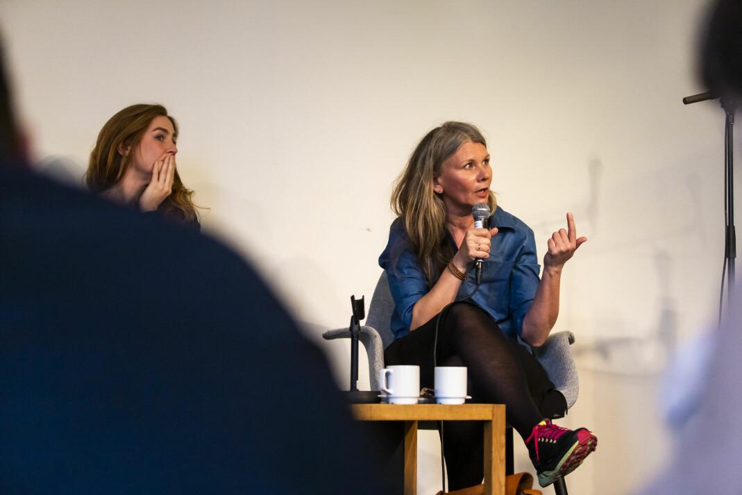 – Bildespråket er annerledes og mer nøkternt i nyhetsbilder, sa fotosjef i VG Annemor Larsen (t.h). Foto: Kristine Lindebø