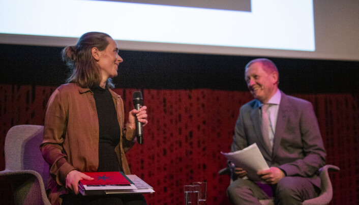 Jil Yngland og konfransier Finn E. Våga. Yngland og Anders Melchior (ikke tilstede) vant pris for beste videoreportasje / dokumentar, kort. Foto: Kristine Lindebø