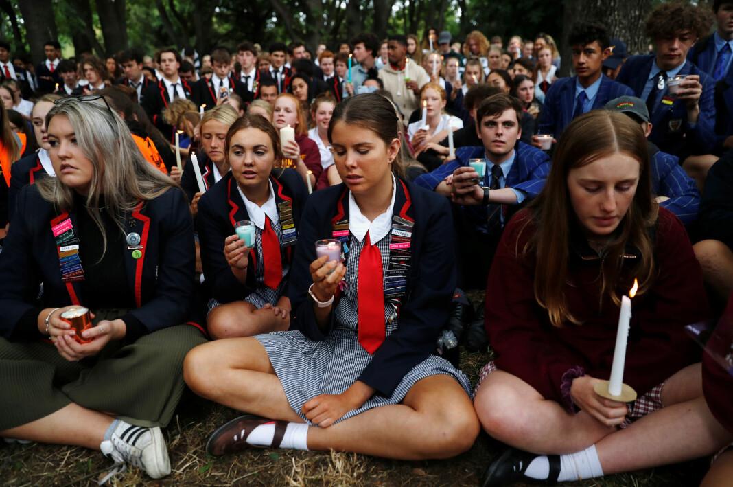 Studenter har samlet seg for å minnes ofrene etter fredagens skyteepisode utenfor Masjid Al Noor-moskeen i Christchurch, New Zealand. Foto: Jorge Silva / REUTERS / NTB Scanpix