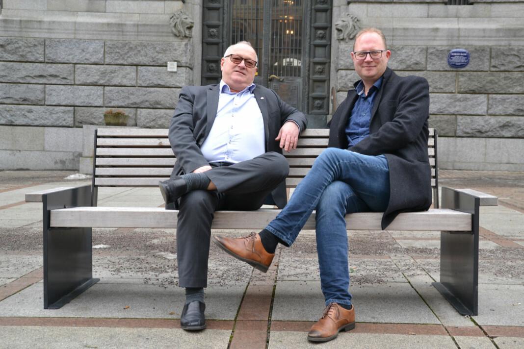 Tomas Bruvik (t.h.) går av som styreleder i Landslaget for lokalaviser. Her sammen med avtroppende generalsekretær Rune Hetland. Foto: LLA