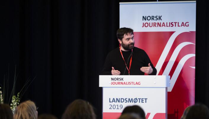 Landsstyrets Pål Hellesnes presenterte redaksjonskomiteens forslag fra talestolen på NJs landsmøte. Foto: Kristine Lindebø