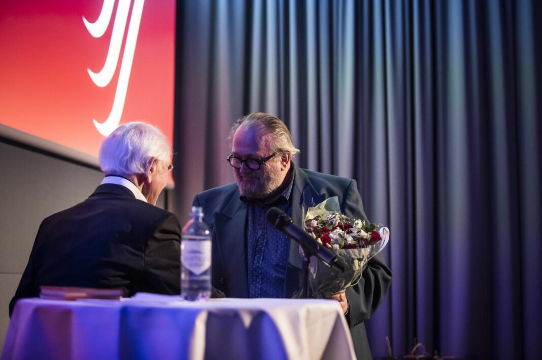 """Toralf Sandaker får Trym-prisen av """"Trym"""" selv, NJ-veteran Trygve Moe, på NJs landsmøte 2019. Foto: Kristine Lindebø"""