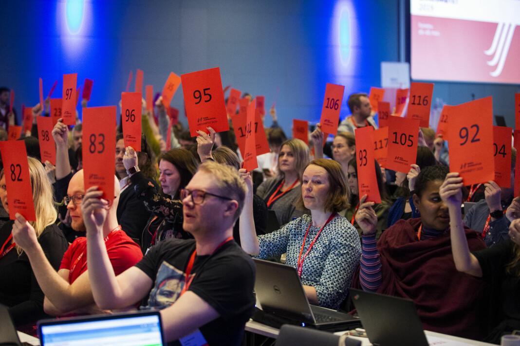 Landsmøtet til Norsk Journalistlag (NJ) bestemte torsdag morgen at organisasjonen aktivt skal tenke på klima og miljø i sitt arbeid. Her under opptellinga av stemmeberettigede. Foto: Kristine Lindebø