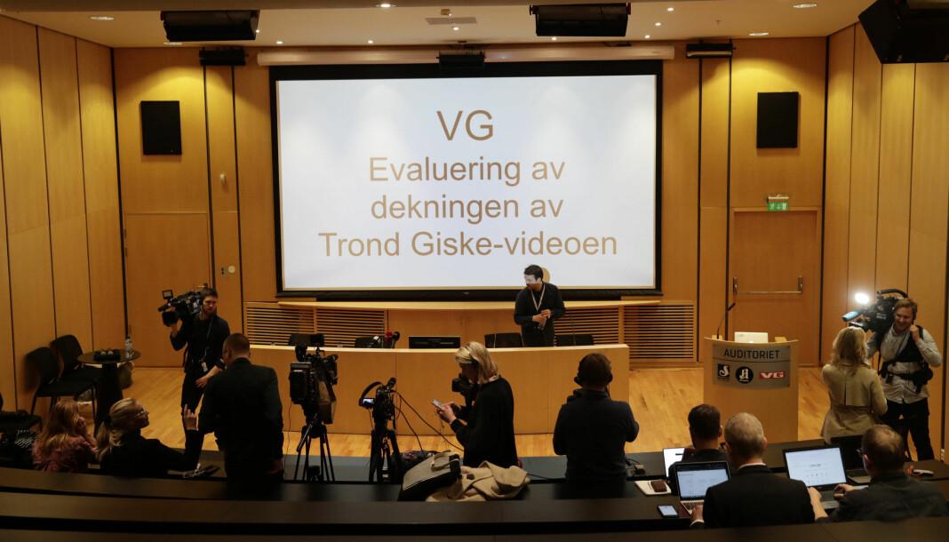 Journalister venter på VG-redaktørene onsdag kveld. Foto: Berit Roald / NTB scanpix