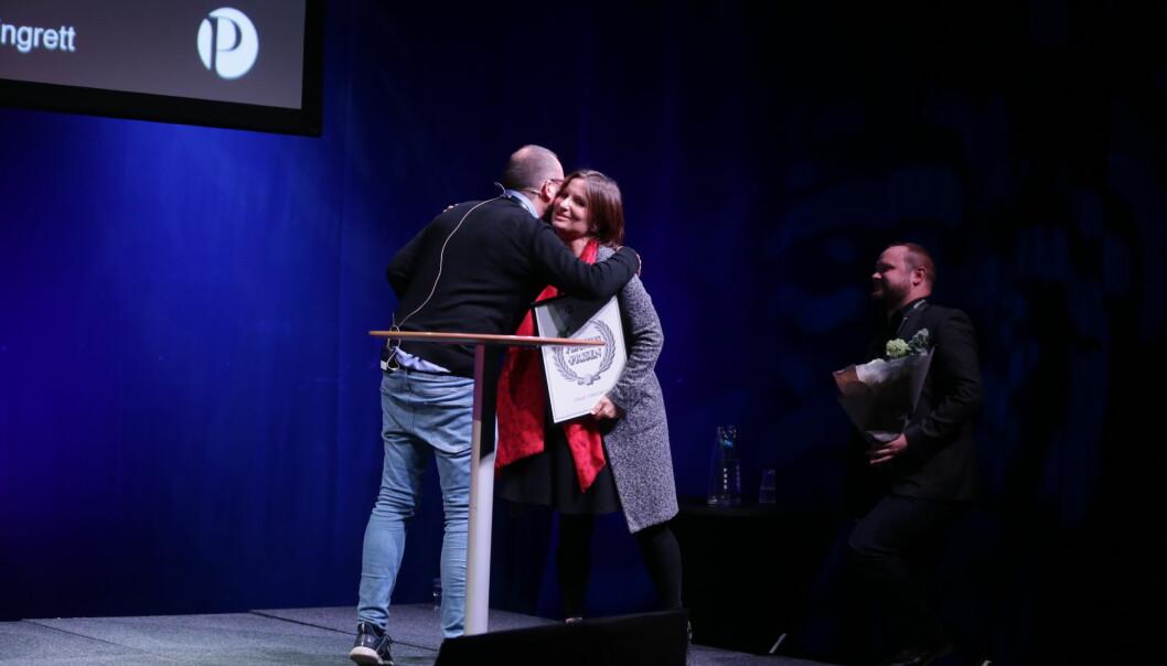 Kommunikasjonssjef Irene Ramm og kommunikasjonsrådgiver Markus Iestra mottok Flaviaprisen på Skup fredag. Foto: Eskil Wie Furunes