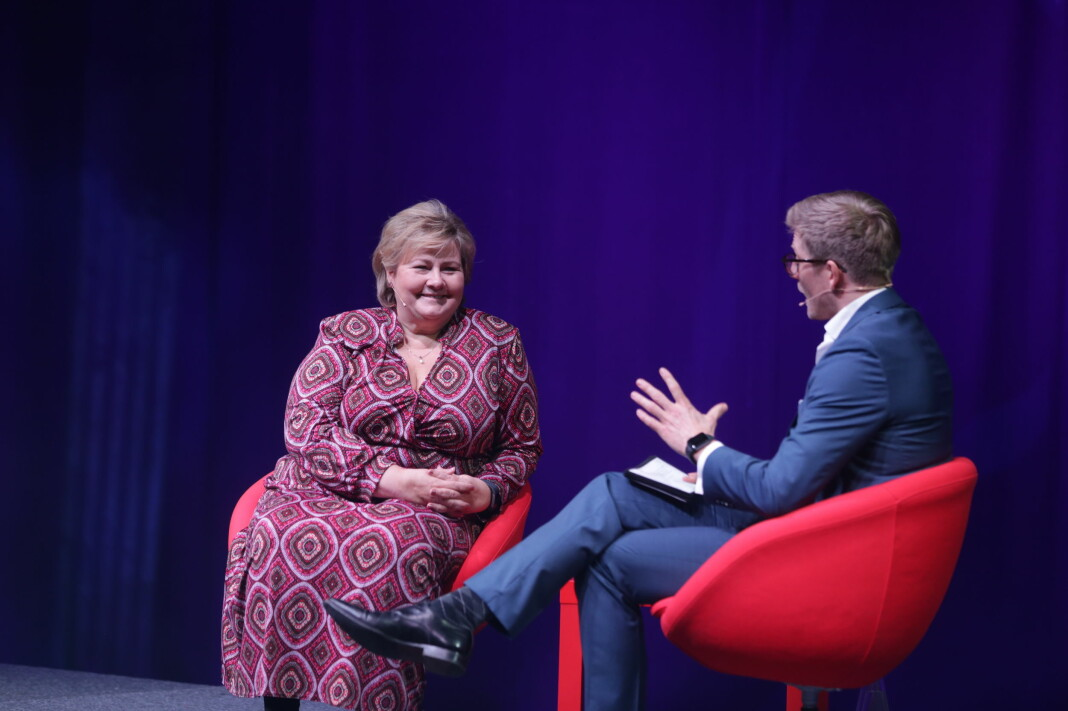 Statsminister Erna Solberg intervjues av Svein Tore Bergestuen på Skups Late Night Show. Foto: Eskil Wie Furunes.