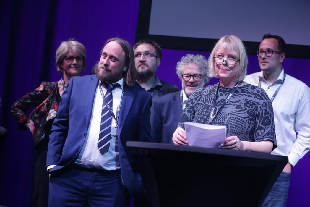 Dagbladets reportasje-team tok imot IR-prisen fra scena. Foran Gunnar Thorenfeldt (t.v) og juryleder Anne Hege Simonsen. Foto: Eskil Wie Furunes