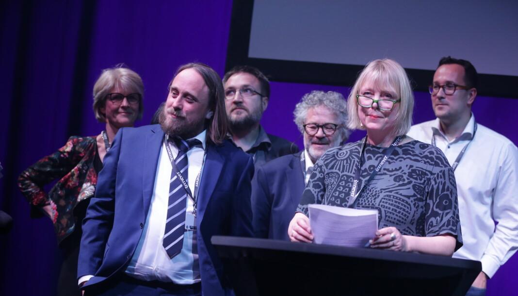 Dagbladets reportasje-team tok imot IR-prisen fra scena under Skup-festivalen i 2019. Foran Gunnar Thorenfeldt (t.v) og juryleder Anne Hege Simonsen.