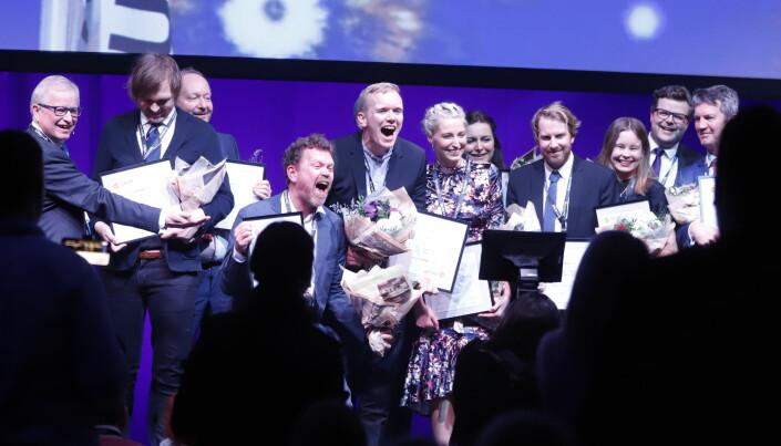 Kjetil Sæther og Markus Tobiassen jubler på scenen for Skup-prisen sammen med diplomvinnerne. Foto: Eskil Wie Furunes
