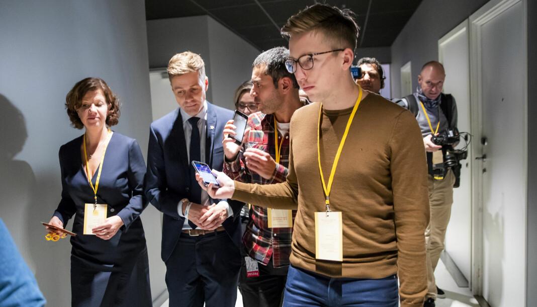Journalistene Lars Joakim Skarvøy (foran) fra VG og Farid Ighoubah fra Nettavisen intervjuer daværende KrF-partileder Knut Arild Hareide på Gardermoen. Foto: Håkon Mosvold Larsen / NTB scanpix