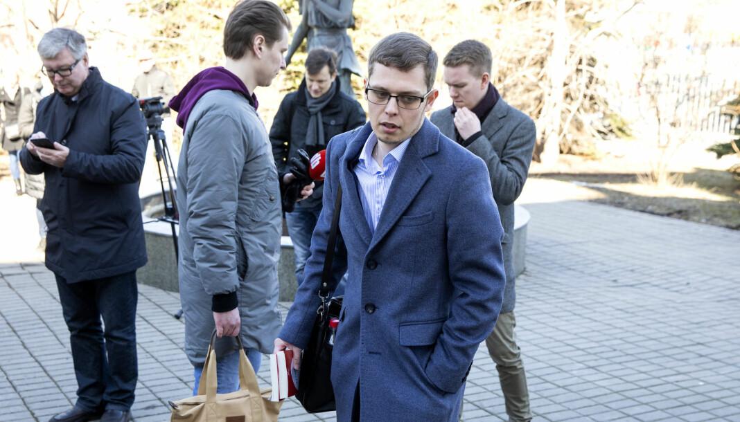 NRK-reporter Jan Espen Kruse i bakgrunnen til venstre, mens Advokat Pjotr Anasjkin ankommer byretten i Moskva hvor rettssaken mot Frode Berg starter denne uka. Foto: Tore Meek / NTB scanpix