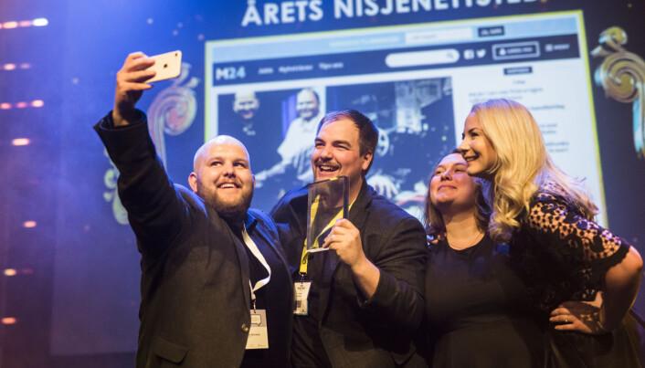 Her er Gard Michalsen (til venstre) da han mottok prisen for «Årets nisjenettsted» i 2018. Da jobbet han som redaktør i Medier24, her sammen med Erik Waatland, Eira Lie Jor og Julie Hansson Tangen. Arkivfoto: Kristine Lindebø