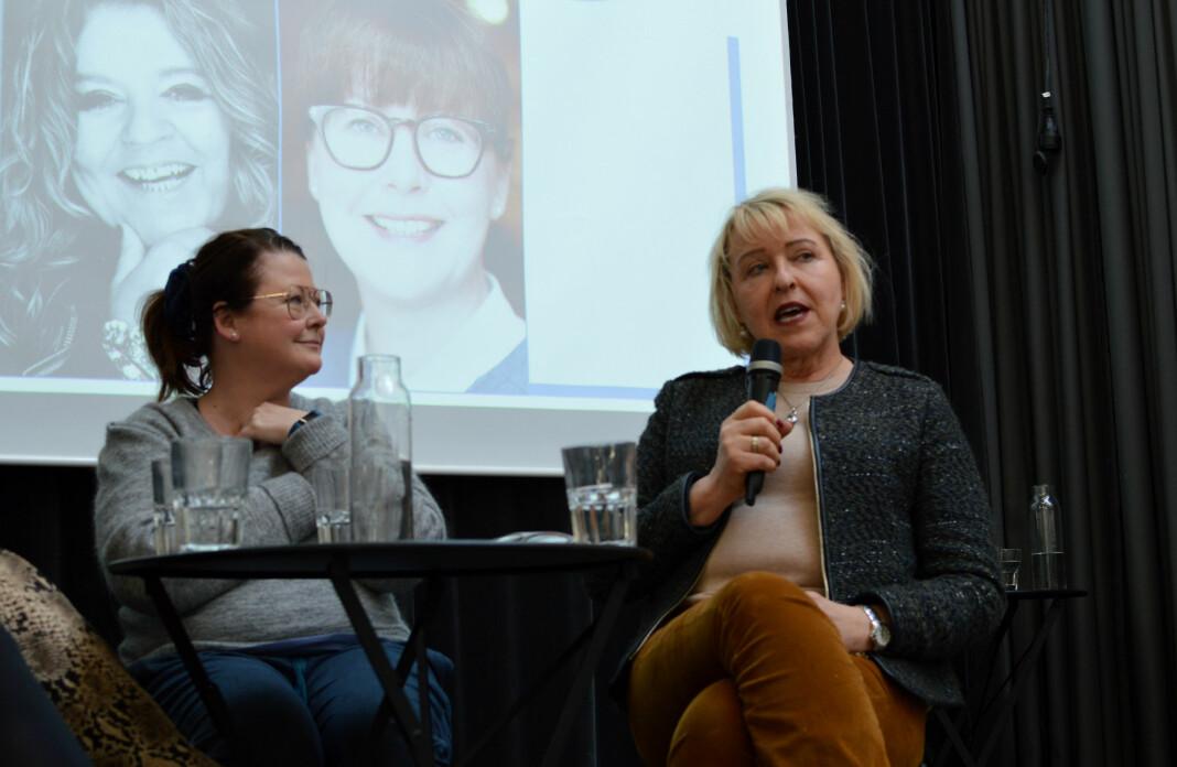 NRK-redaktør Grethe Gynnild-Johnsen (t.h.) på scenen under Medienettverkets vårmøte i Oslo, sammen med teatersjef Hanne Tømta ved Nationaltheatret. Foto: Nils Martin Silvola