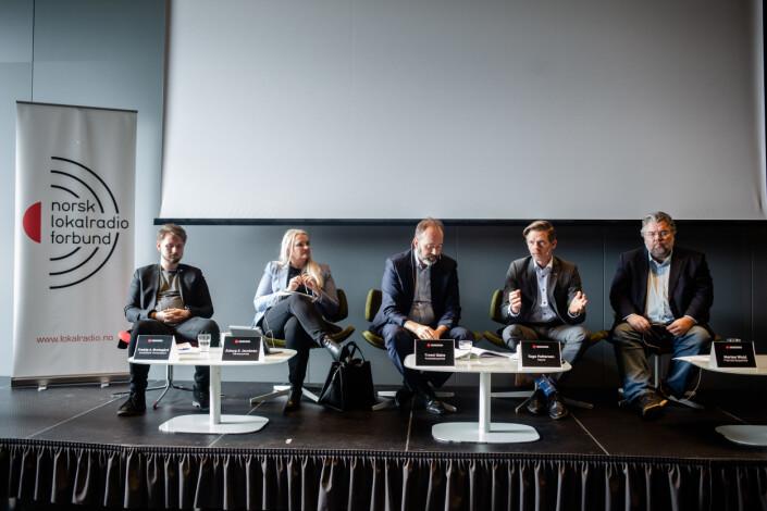 Fra debatten på konferansen til Norsk lokalradioforbund. Fra venstre: Freddy André Øvstegård (SV), Åslaug Sem-Jacobsen (Sp), Trond Giske (Ap), Tage Pettersen (H) og Morten Wold (Frp). Alle sitter i familie- og kulturkomiteen på Stortinget.