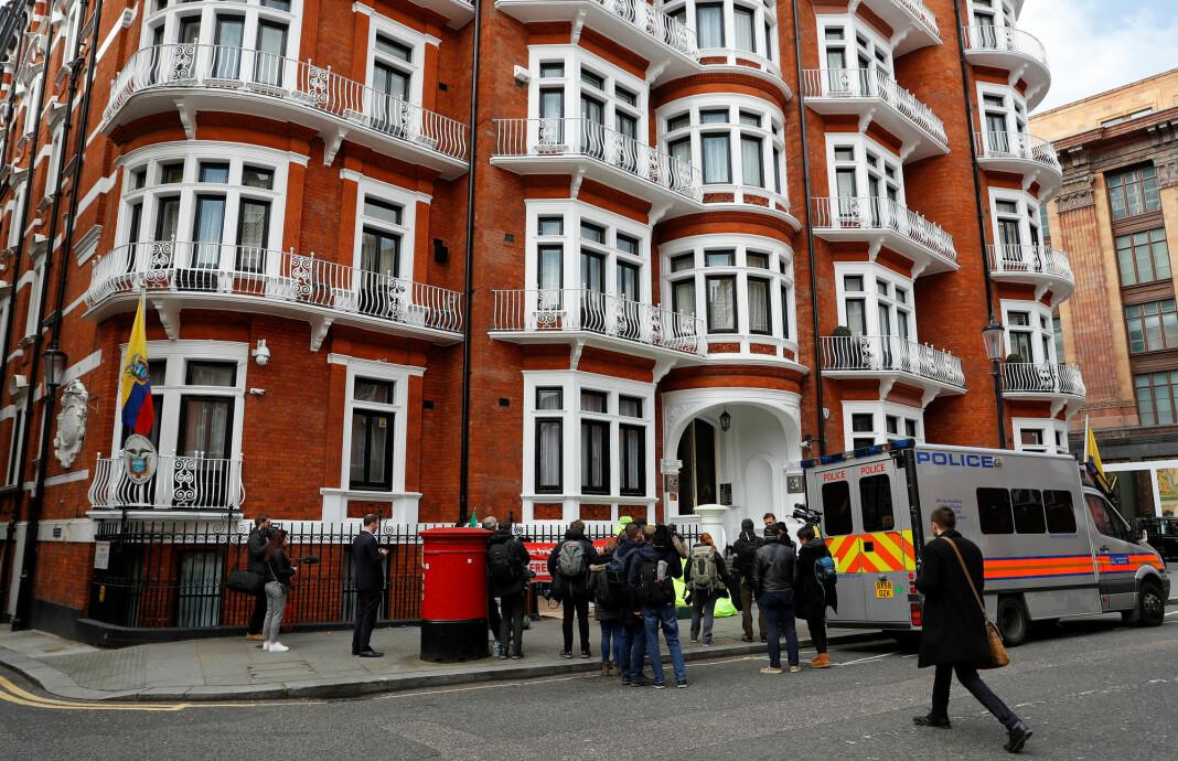 En politibil på plass utenfor Ecuadors ambassade i London etter pågripelsen av Julian Assange. Foto: Reuters / NTB scanpix
