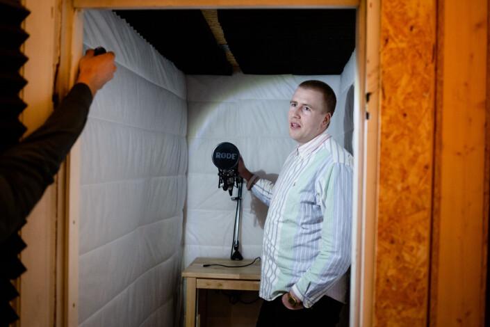 Peter Daatland viser frem det hjemmebygde studioet han har på kontoret sitt i Filt Oslo, som er en del av et større kontorfellesskap. Martin Holvik lyssetter. Foto: Eskil Wie Furunes