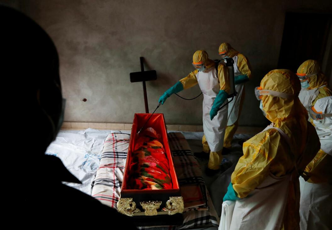 Av over 3.000 utviklingssaker på fem år handlet kun 21 om vaksinering, og de fleste av disse om ebola. Her er helsearbeidere i Kongo i desember 2018. Foto: Goran Tomasevic / Reuters / NTB Scanpix