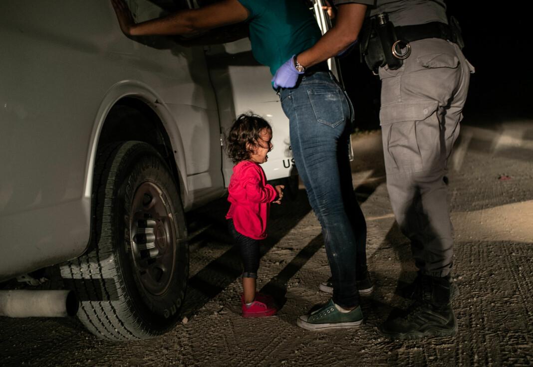 Den hondurianske toåringen Yanela Sanchez gråter når hun og moren, Sandra Sanchez, blir tatt i varetekt av amerikanske grensevakter i McAllen, Texas, USA, den 12. juni 2018. Foto: John Moore / Getty Images