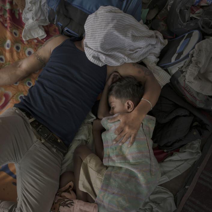 Far og sønn sover etter en lang dags gange, i Juchitán, 30. oktober 2018. Foto: Foto: Pieter Ten Hoopen, Agence Vu/Civilian Act