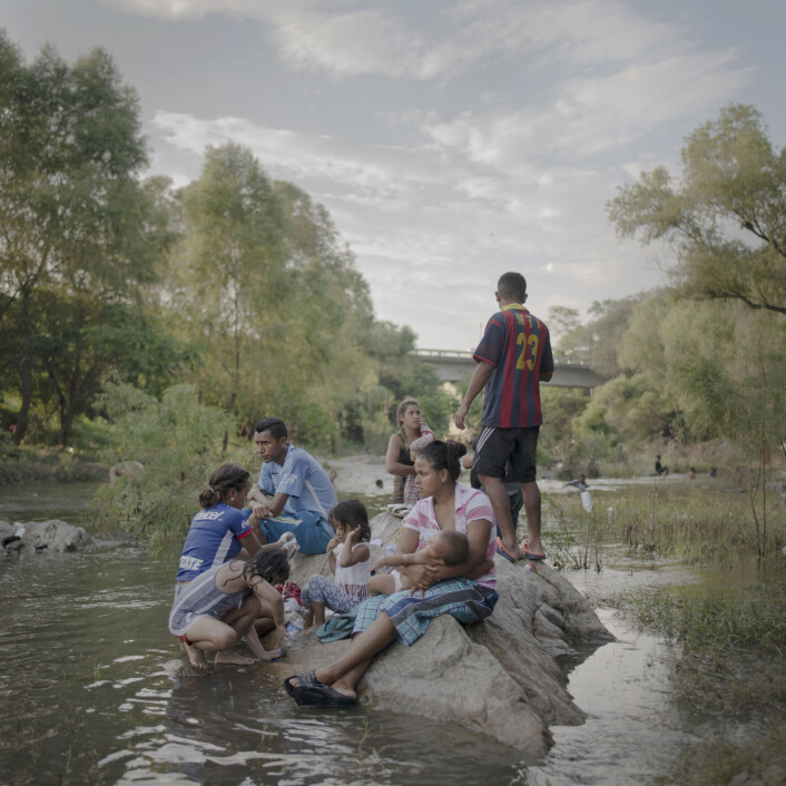 Familier bader, vasker klær og slapper av ved elva Rio Novillero, da karavanen tar en hviledag i nærheten av Tapanatepec. Foto: Pieter Ten Hoopen, Agence Vu/Civilian Act