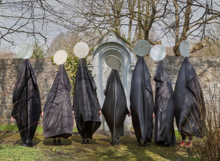 Figurer som representerer Irlands behandling av kvinner, stiller seg opp for et bilde til sosiale medier, før de svinger stille gjennom gatene i Limerick i Irland, i en appell til beboere om å endre loven mot abort, 13. april. Foto: Olivia Harris