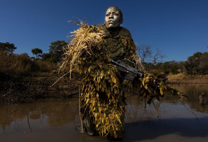 Petronella Chigumbura (30), medlem av en gruppe kvinner som kjemper for å beskytte naturen, kalt Akashinga, deltar i skjult trening i Phundundu Wildlife Park, Zimbabwe. Foto: Brent Stirton / Getty Images