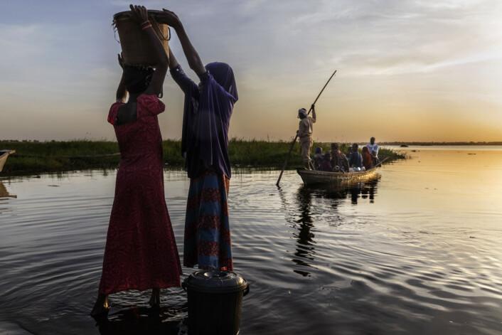 Kvinner henter vann ved kanten av Chad-sjøen. Foto: Marco Gualazzini / Contrasto