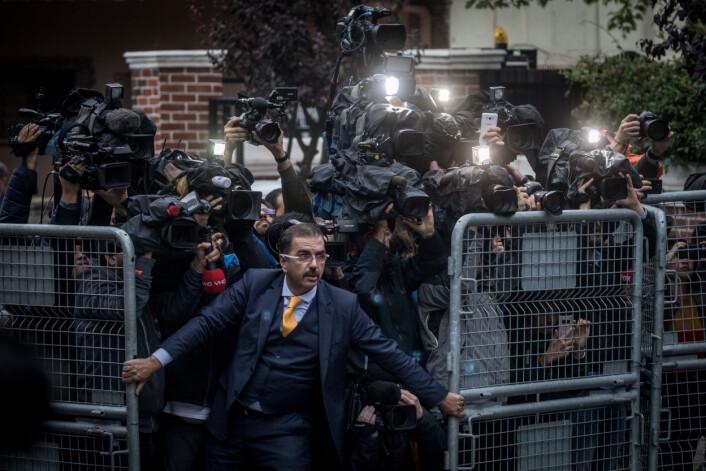 En uidentifisert mann forsøker å holde pressen tilbake da saudi-arabiske etterforskere ankommer det saudi-arabiske konsulatet i Istanbul i Tyrkia, midt under den økende internasjonale kritikken rundt journalist Jamal Khashoggis forsvinning. Foto: Chris McGrath / Getty Images