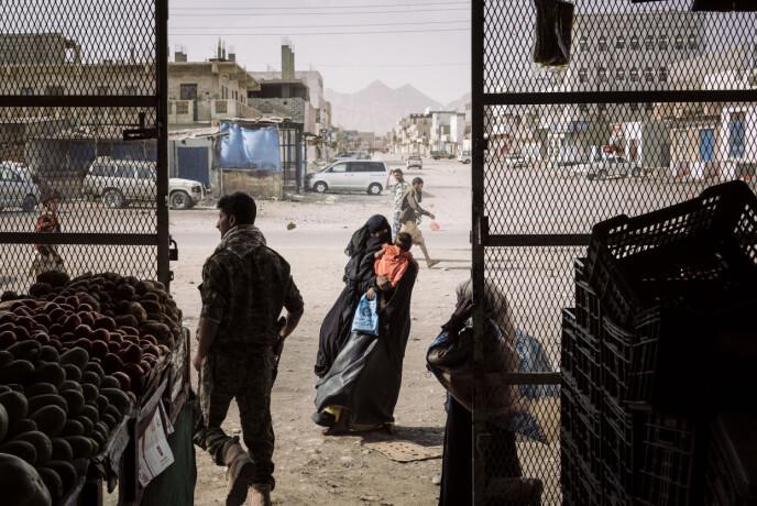 En kvinne tigger utenfor en matbutikk i Azzan, en sentral og viktig by som hadde vekslet frem og tilbake mellom regjering og opprørske styrker i Jemen, 22. mai 2018. Foto: Lorenzo Tugnoli / Contrasto, for The Washington Post