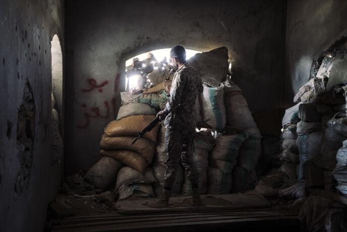 En militsmann står i posisjon på frontlinja utenfor den beleirede byen Taiz, sørvestlige Jemen, 26. november 2018. Støtte og forsyninger kunne bare leveres til byen langs en vei kontrollert av den saudiske koalisjonen. Foto: Lorenzo Tugnoli / Contrasto, for The Washington Post