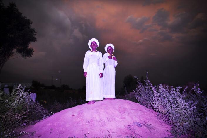 Tvillingene Kehinde Deborah og Taiwo Celestine (10) er kledd for kirka og står på en høyde nær Igbo-Ora, Nigeria. Foto: Bénédicte Kurzen, Noor og Sanne de Wilde, Noor