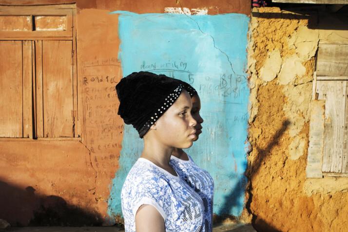 Kehinde Quadrat og Taiwo Badrat (17) står side om side, som om de var skygger av hverandre, i Igbo-Ora, Nigeria. Foto: Bénédicte Kurzen, Noor og Sanne de Wilde, Noor