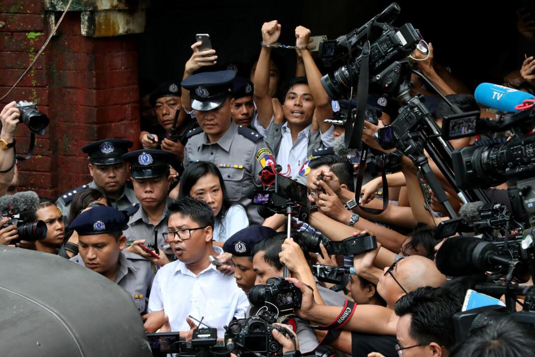 Kyaw Soe Oo og Wa Lone på vei ut av rettssalen i Myanmar. Foto: Reuters / NTB scanpix
